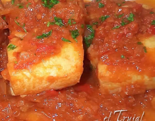 bacalao encebollado con tomate